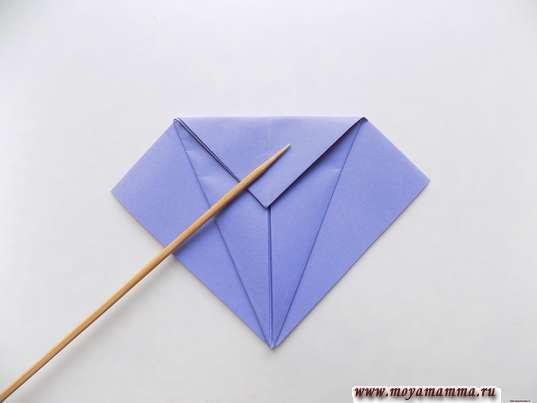 Ирис оригами. Загибание верхнего уголка.