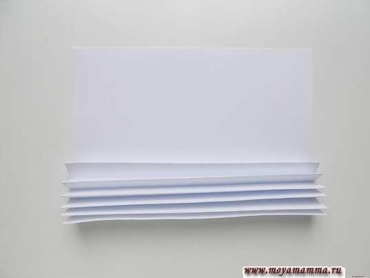 Складывание белого листа гармошкой