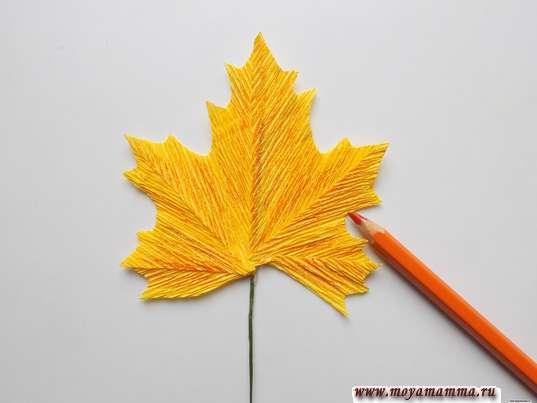 Осенний букет из гофрированной бумаги. Дооформление кленового листа оранжевым карандашом