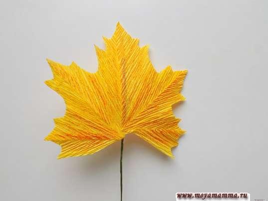 Осенний букет из гофрированной бумаги. Кленовый лист
