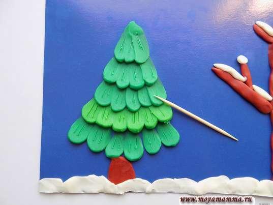 Поделка из пластилина Зима. Дооформление елки зубочисткой