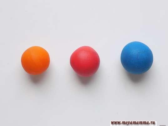 3 шарика из пластилина синего, красного и оранжевого цвета
