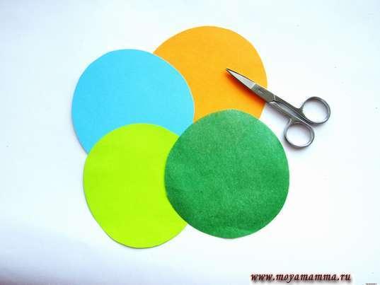кружки из зеленой, оранжевой, синей и светло-зеленой бумаги