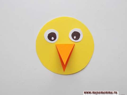 Простая птичка из бумаги. Приклеивание глазок