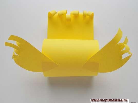 Простая птичка из бумаги. Приклеивание крылышек
