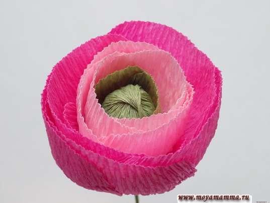 Ранункулюс из гофрированной бумаги. Добавление лепестков, вырезанных из ярко-розовой гофрированной бумаги