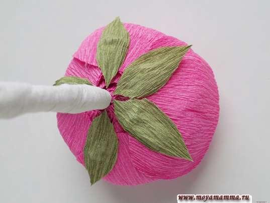 Ранункулюс из гофрированной бумаги. Приклеивание листочков к цветку