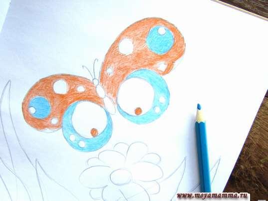 Рисунок бабочки на лугу. Нижние крылышки бабочки голубым цветом