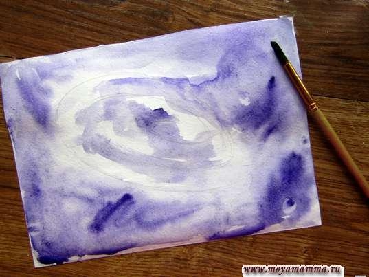 Раскрашивание фиолетовой акварелью
