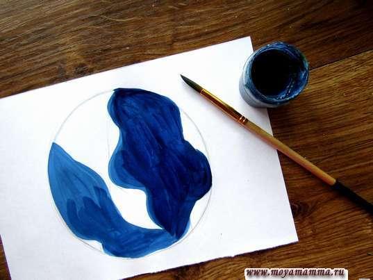 Синяя гуашь для прорисовки водной части планеты