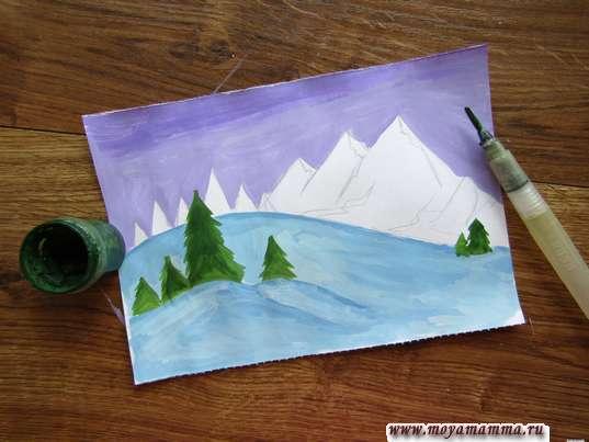 Елочки на передних склонах гор темно-зеленой гуашью