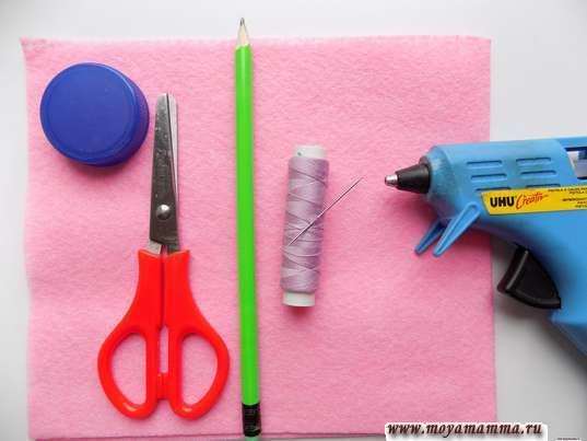 Розовый фетр, карандаш, нитки, клеевой пистолет