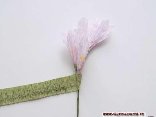 Сирень из гофрированной бумаги. Добавление цветочков