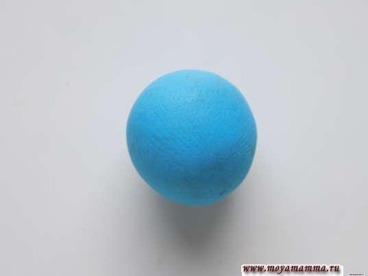 Шарик из голубого пластилина