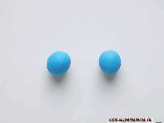 Пара небольших шариков голубого пластилина