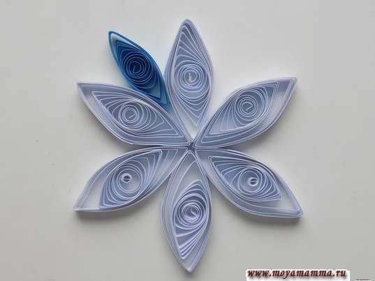 Снежинка квиллинг. Приклеивание голубого лучика