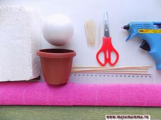 Гофрированная бумага, деревянные палочки, горшочек, ножницы и другие материалы для изготовления топиария