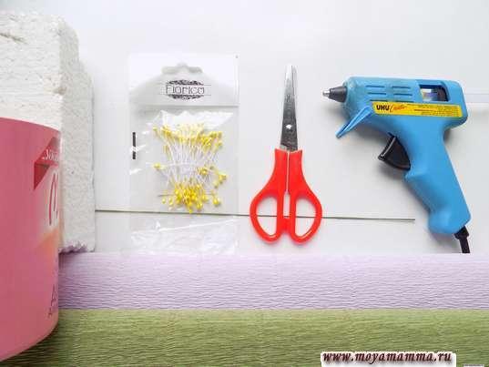 Гофрированная бумага, коробка, ножницы и другие материалы