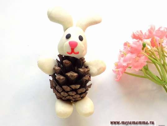 Заяц из шишки и пластилина