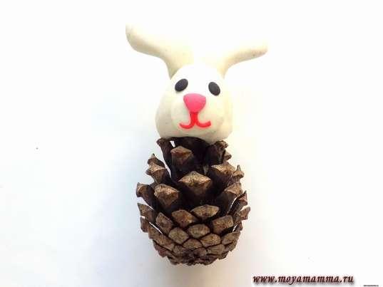 Заяц из шишки. Белые ушки на голове зайца