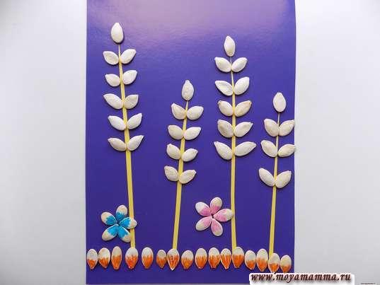 Приклеивание цветочков из тыквенных семечек