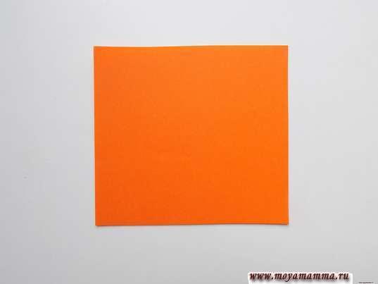 Небольшой квадрат оранжевой бумаги