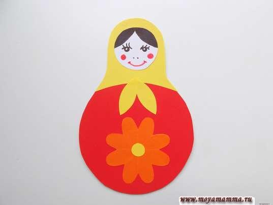 Аппликация Матрешка. Серединка цветочка из небольшого кружочка желтой бумаги
