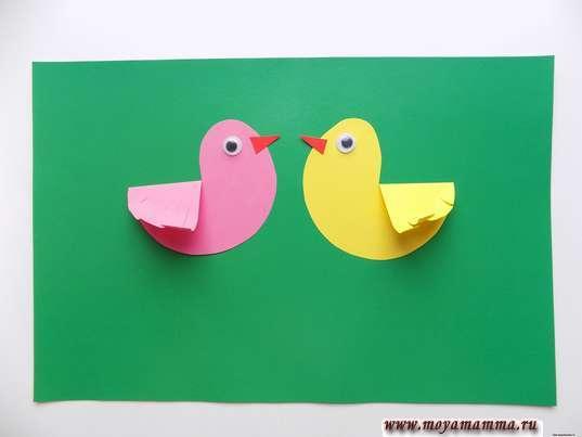 Аппликация птички в гнезде. Приклеивание птичек на зеленый лист бумаги