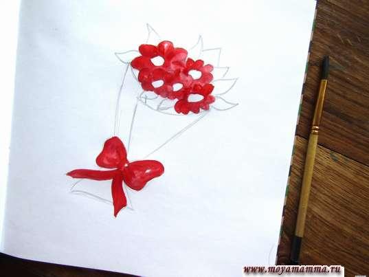 Закрашиваем красной гуашью лепестки цветов и бант
