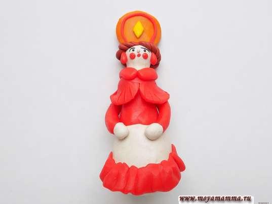 Дымковская игрушка Барышня из пластилина. Пышная оборка из красного пластилина