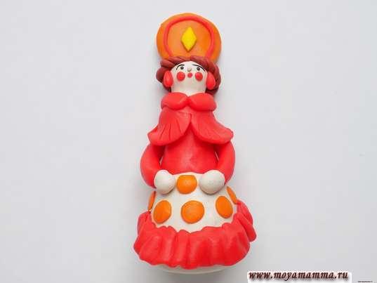 Дымковская игрушка Барышня из пластилина. Прикрепление шариков из оранжевого пластилина на юбке