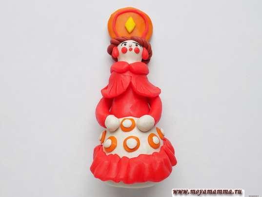 Дымковская игрушка Барышня из пластилина. Прикрепление белых кружков поверх оранжевых