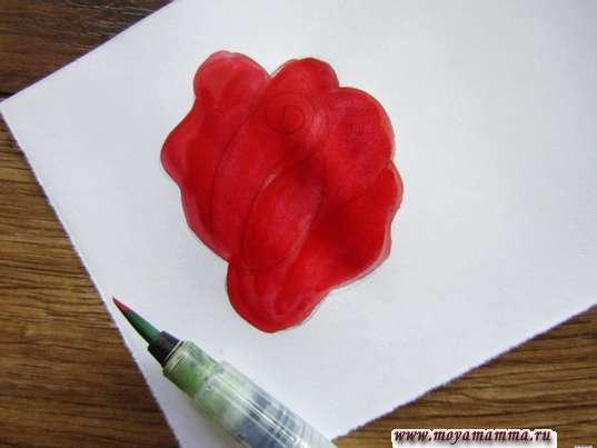 Закрашивание цветка красной гуашью