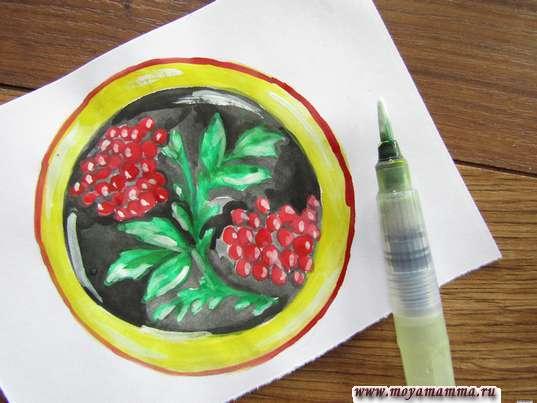 Хохломская роспись тарелка. Контур декоративной тарелки красной гуашью