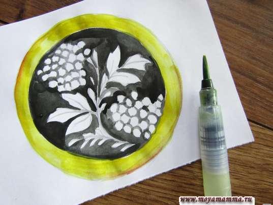 Хохломская роспись тарелка. Бортик тарелки желтой гуашью