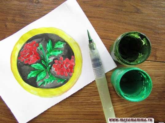 Хохломская роспись тарелка. Листочки и ветви зеленым цветом