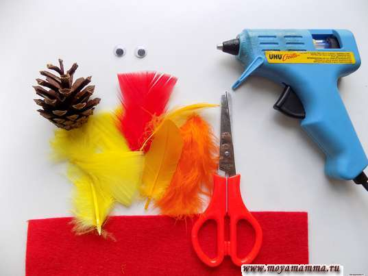Шишка, глазки, перья, ножницы, красная бумага, термопистолет