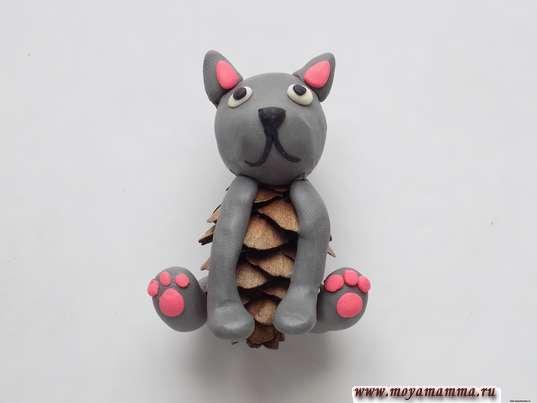 Котенок из шишки. Оформление розовым пластилином задних лапок