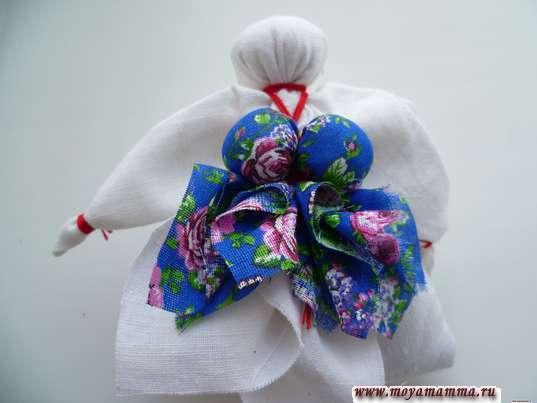 Приматывание груди и мешочка с травами к кукле