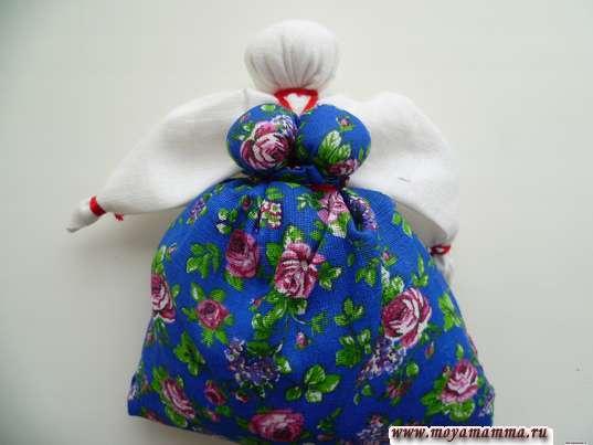 Поместить куклу в мешочек