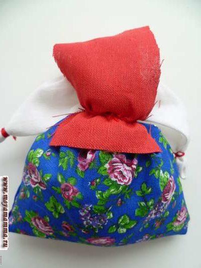 Кукла травница. Прикладывание передника к талии