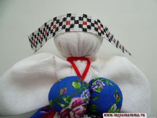 Кукла травница. Прикладывание тесьмы к голове