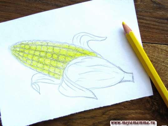 Зернышки кукурузы желтым карандашом