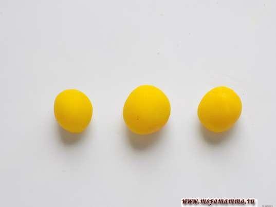 Курица из шишки. 3 шарика желтого пластилина