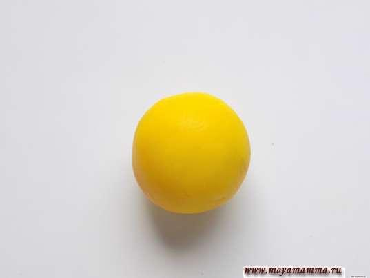 Шарик из желтого пластилина для головы