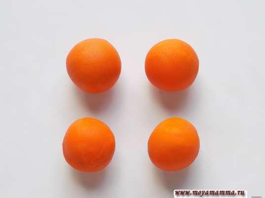 4 шарика оранжевого пластилина