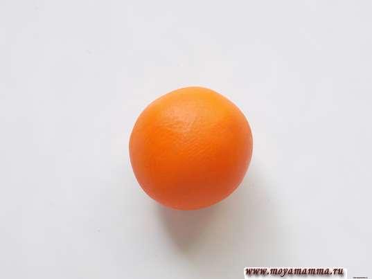 Шарик из оранжевого пластилина для головы