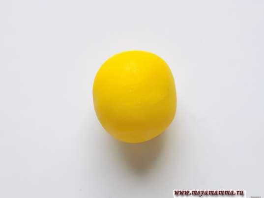 Шарик из желтого пластилина