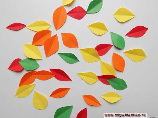 Поделка на тему Осень из бумаги. Листочки из бумаги красного, зеленого и желтого цвета.