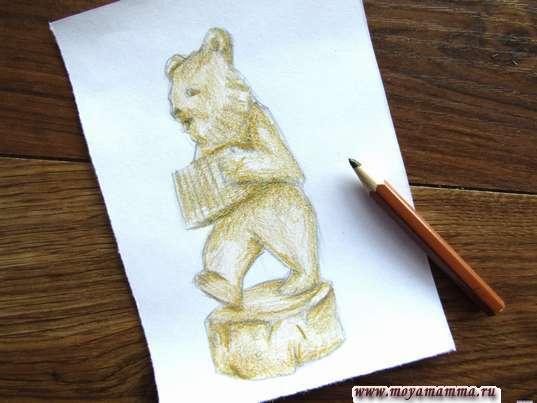 Закрашивание коричневым карандашом фигурки медведя